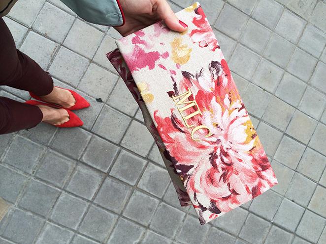 María León con con jeans encerados de NAC, camisa tipo pijama de Maison Shangai, trench de Zara, cartera personalizada de Claudine by Laura Pons, tacones de Zara, colgante vintage comprado en Florencia y gafas compradas en una tienda de regalos de la estación Santa Justa de Sevilla.