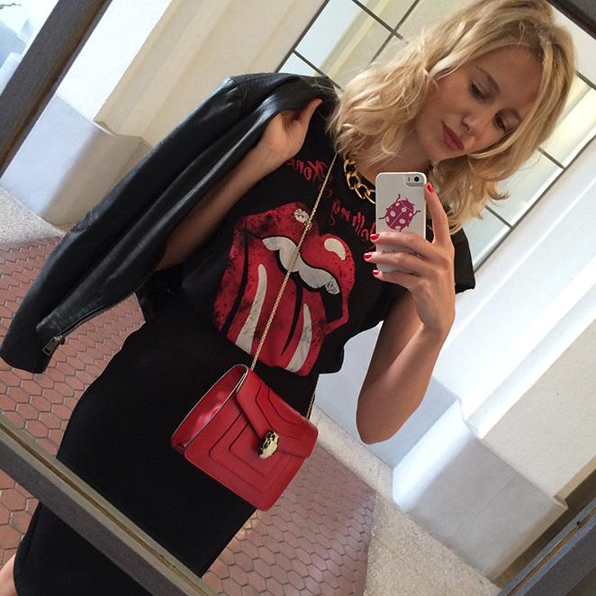 """Look de moda rockero creado con falda y camiseta de Mango, botines de Stuart Weitzman, bolso de Bvlgari, cazadora de cuero de Zara...Como detalle """"beauty"""", el peinado de María Baras de Cheska y la manicura Nails Couture"""