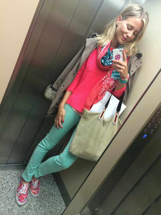 María León con jeans verdes de Papaya, camiseta de lunares y jersey naranja de Zara, zapatillas de flores de Vans, fulard comprado en India, bolso de Trucco regalado por una amigas con motivo de mi cumple, trench de PDH Sport y reloj Swatch.