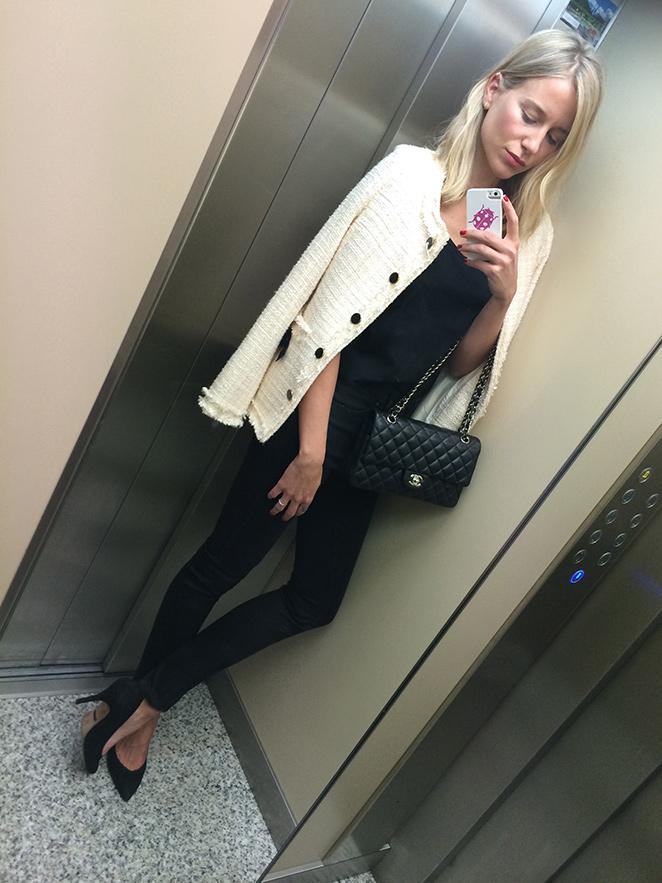 María León con pantalones vaqueros negros de PDH Sport, camiseta negra de H&M, chaqueta de Sister Jane, zapatos de tacón de Massimo Dutti, colgante de Swarovski y bolso 2.55 de Chanel.