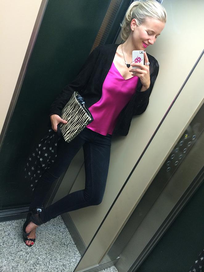 María León jeans de Acne, top fucsia, chaqueta de flecos de Mango, colgante de corazones, sandalias de tacón de más34, anillo de Swarovski, fulard de estrellitas y cartera de Zara.