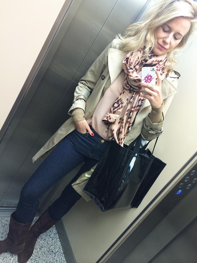 María León con look  total de la firma compuesto por jeans y gabardina de PDH Sport, blusa de Collection Pedro del Hierro, bolso de Pedro del Hierro, pulseras de Swarovski y botas de Andaluxx.
