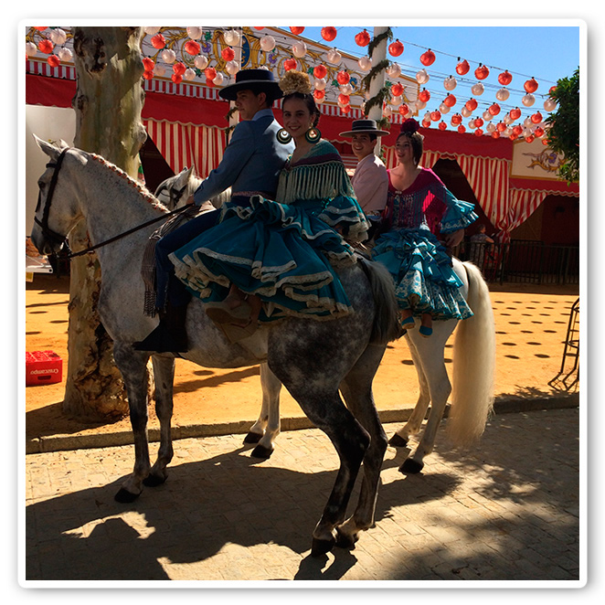 Montando a la grupa en la Feria de Sevilla