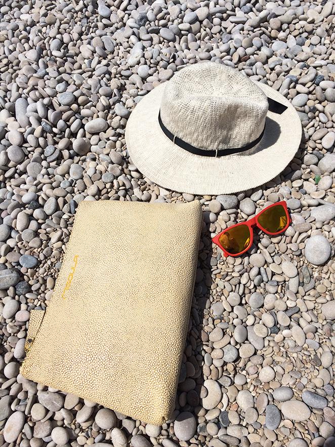 Gafas de Okley, sombrero de Oysho y cartera de Misoula