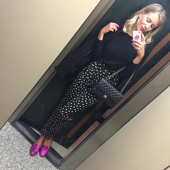 María León con look confeccionado con pantalones de lunares de Sister Jane, jersey de punto de Zara, blazer de Pedro del Hierro, slippers de Carmelinas y bolso 2.55 de Chanel. manicura de Nails Couture y el pintalabios fucsia de Yves Saint Laurent.