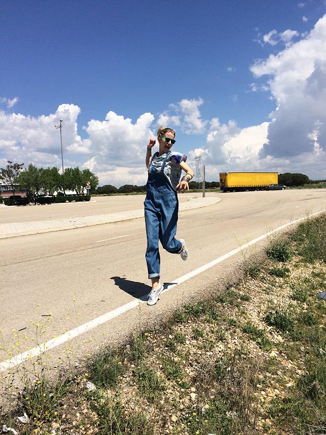 María León con peto vaquero de Oysho de hace varias temporadas, camiseta de The Hip Tee, zapatillas Superga plateadas, gafas de Ale-Hop, reloj Swatch, pulseras de India, bolso grande y sombrero de Oysho