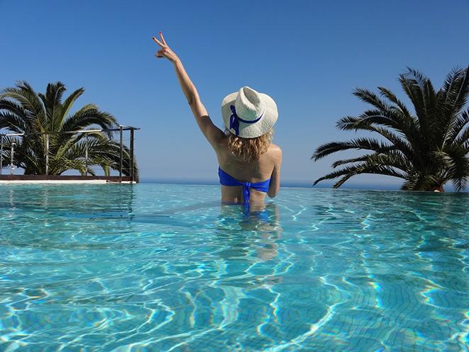 María León disfrutando de la piscina con su bikini de Cocada y sombrero de Oysho