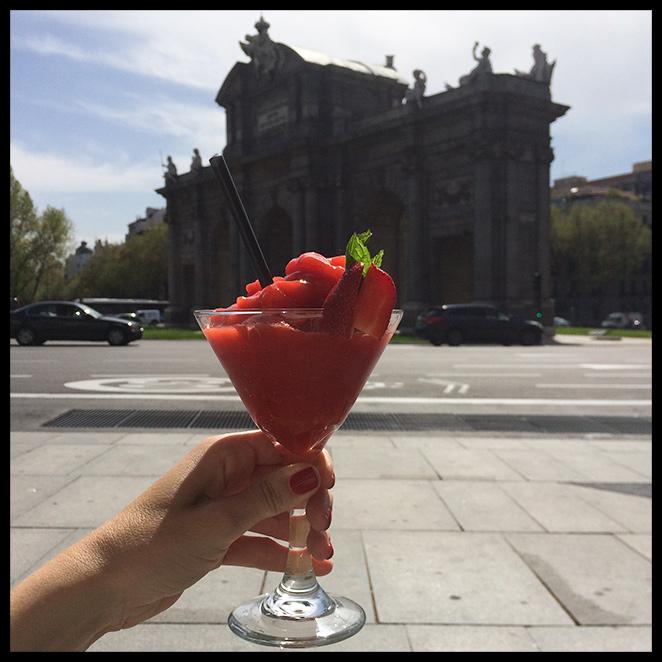 María León tomandose un coktel en el Café Cappucino mientras observa la Puerta de Alcalá