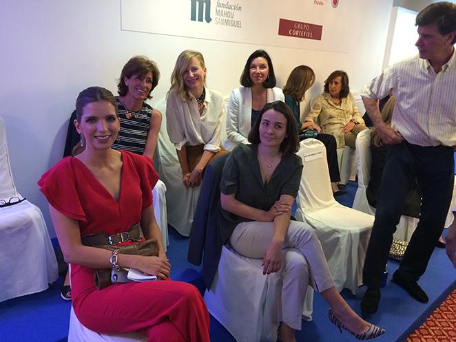 María León con las compañeras del proyecto de solidaridad de la revista de moda Telva