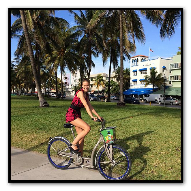 María León de paseo en bici por Miami