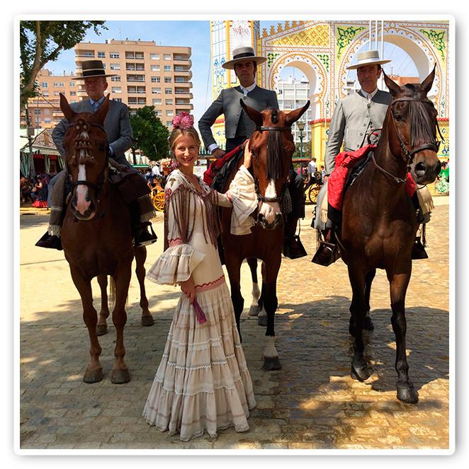 María León con cambio de vestido y junto a los caballos de la Feria de Sevilla