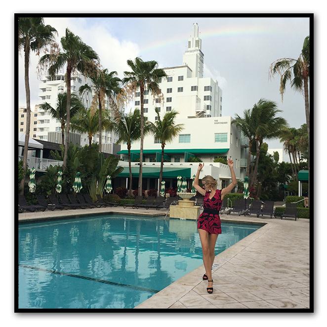 Para una mañana relajada en Miami, elegí mono de Mucholarala comprado en el Puerto de Sotogrande, cinturón de tela negra heredado de mi madre, cuñas de esparto negras de Castañer, gafas de Life Italia, anillos de Ariane Jewels y manicura de Nails Couture.