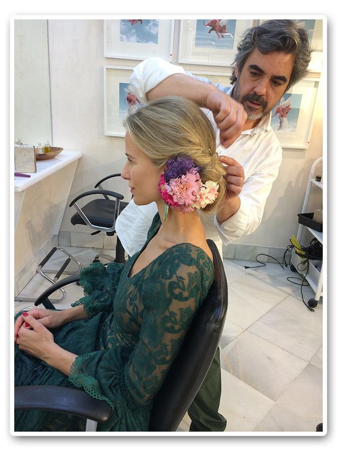 María León preparando el peinado de la noche