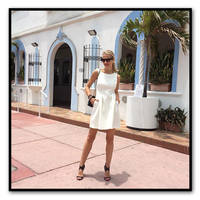 Para una comida con amigas y luego irme a trabajar a la Fashion Week elegí este ideal vestido de Pedro del Hierro que combiné con sandalias de mas34, bolso de Chanel y gafas de Gyvenchi.
