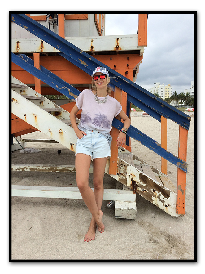 Para dar un buen paseo matutino por la playa, llevé shorts de TOPSHOP, camiseta y gorra de The Hip Tee, gafas de Life Italia, bolsa solidaria de Trendipia, pulseras de Experimenta Jewels y anillo comprado en Irlanda hace muchos años.