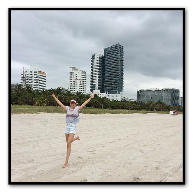 María León divirtiéndose en la playa de Miami