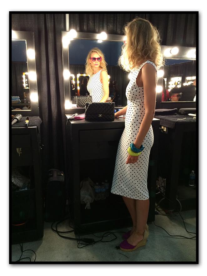 Para otro día en la Fashion Week elegí vestido de TRAFALUC, zapatillas de esparto compradas en Sevilla, pulseras de Mango y gafas rosas compradas en Collette París.