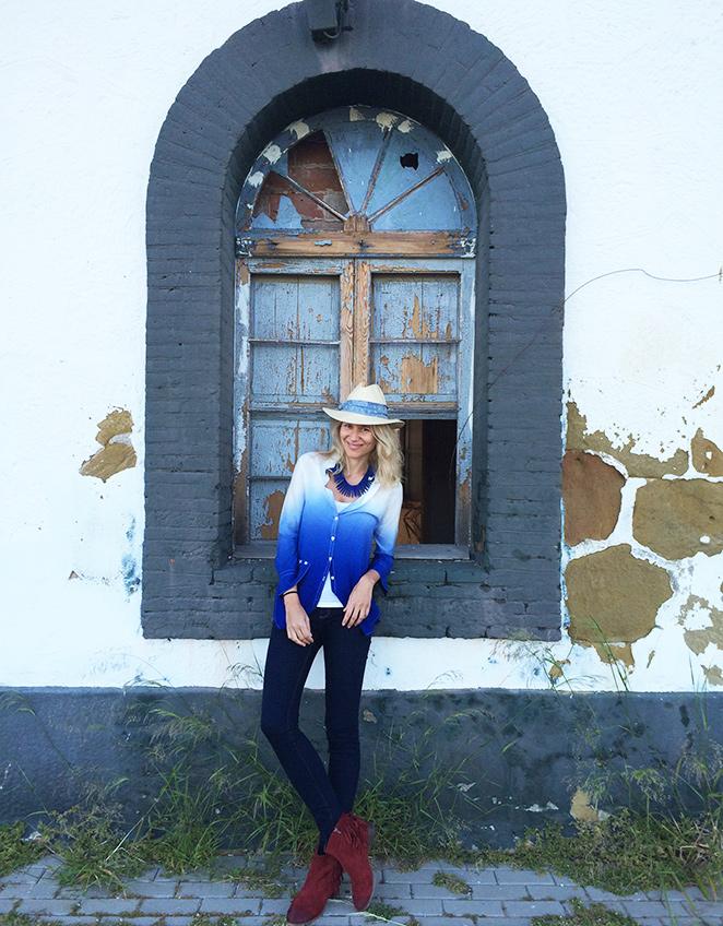 María León con  jeans y camisa de PDH Sport, botitas compradas en la tienda de mi amiga Sandra Aldao de Sotogrande, sombrero de Zara Home y collar de Becara