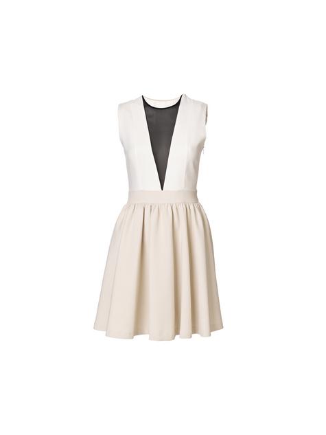 Vestido corto, es discreto y elegante pero con un punto original al llevar el escote semitransparente