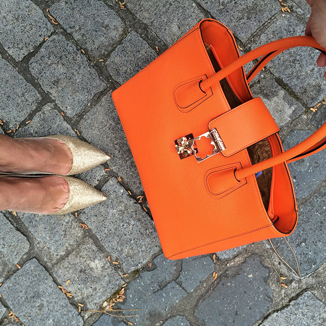 bolso naranja de Folli Follie, zapatos de Jimmy Choo