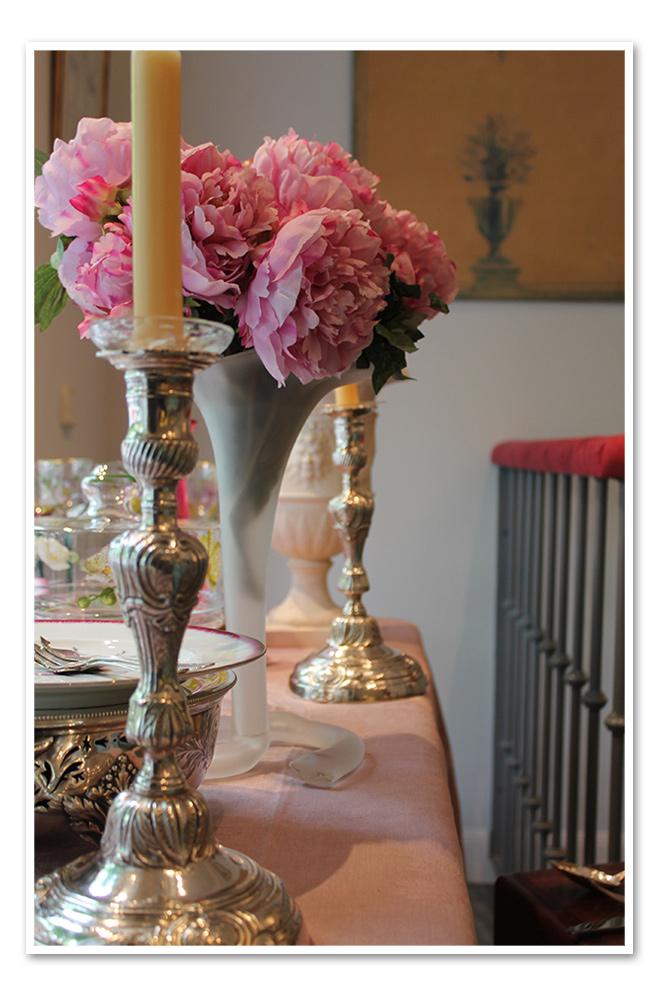 Adornos de mesa con velas y flores