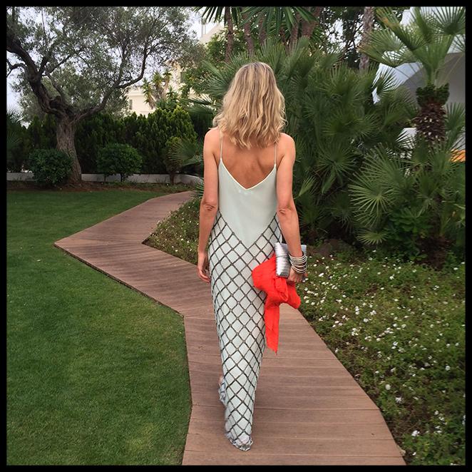 María León con vestido largo de Pedro del Hierro combinado con sandalias planas de Massimo Dutti de hace varias temporadas, chal de American Vintage, pulseras indias, clutch de Becara y manicura de Nails Couture.