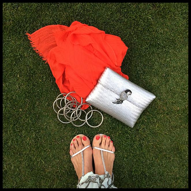 sandalias planas de Massimo Dutti, chal de American Vintage, pulseras indias, clutch de Becara y pedicura de Nails Couture.