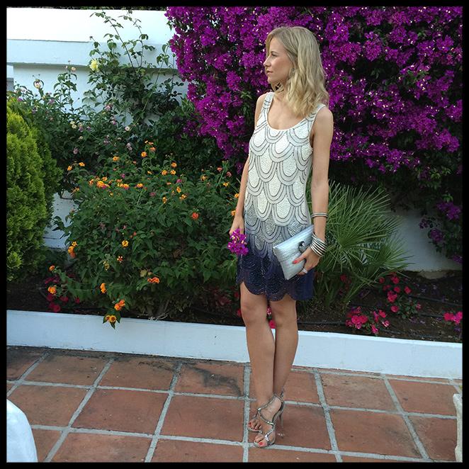 María León con vestido de Papaya, sandalias de Jimmy Choo, cartera de Becara y pulseras indias. Y luego hizo tanto frío que no dudé en meterme en el backstage de Custo