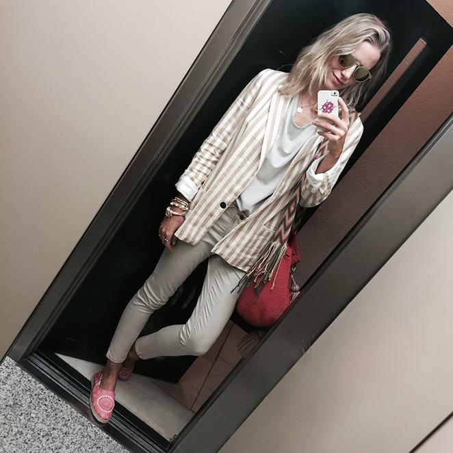 María León con pantalones de PDH Sport, que combiné con camiseta de rayas de Rennata&Go, blazer de rayas de Zara, bolso de Susuu, gafas de Ontop Barcelona y zapatillas de Miss Hamptons.