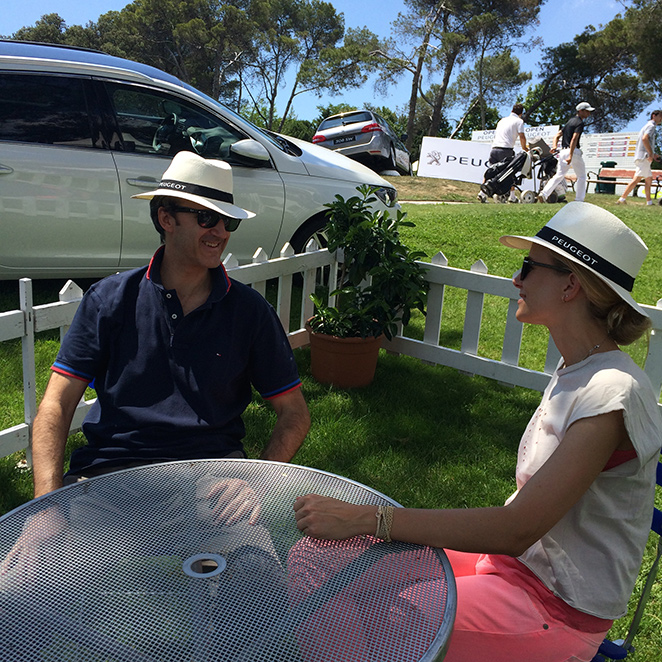 María León disfrutando en el golf con Peugeot