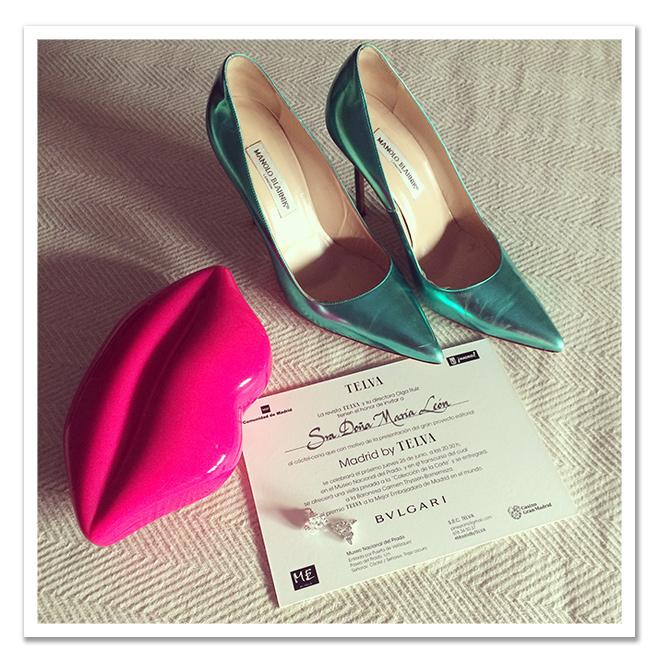 Zapatos de Manolo Blahnik y  cartera, en forma de labio, de Lulu Guiness