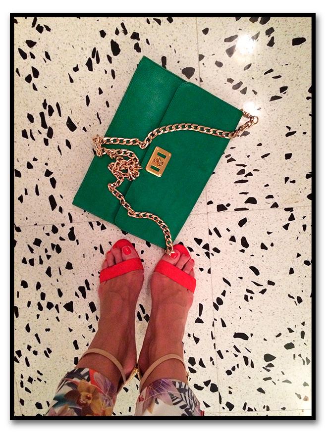 María León con look de sandalias de Zara, op de seda crudo de Seven, blazer de Bimba&Lola y collar y cartera de The Code.