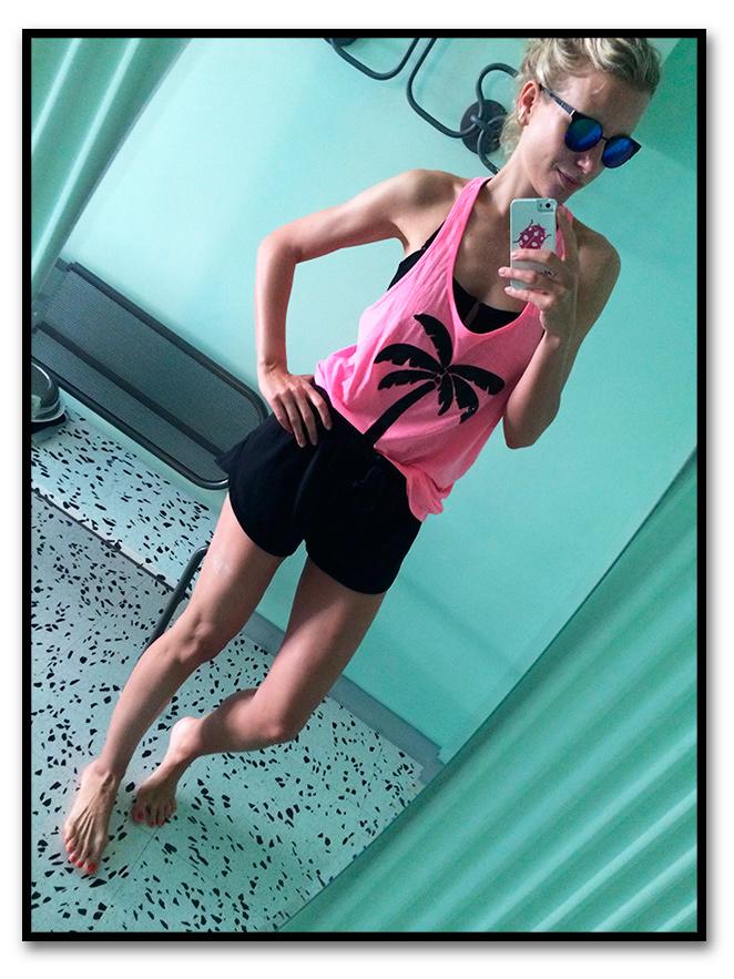 Look de moda deportivo en Miami con shorts de H&M, suti deportivo de Oysho, camiseta fucsia de Pink, gafas de TOPSHOP London y zapatillas de deporte fucsias compradas en Nueva York.