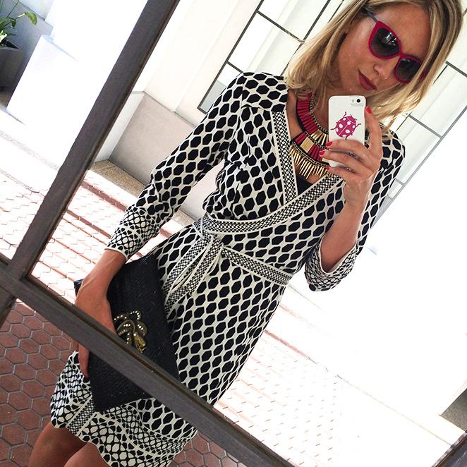 María León con look de vestido de Diane von Furstemberg comprado en Moca Couture, combinado con collar de Moca Couture, sandalias de Jessica Simpson, cartera de Becara y gafas de Colette París.
