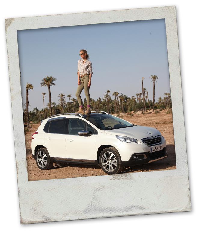 María León con su Peugeot por Marrakech