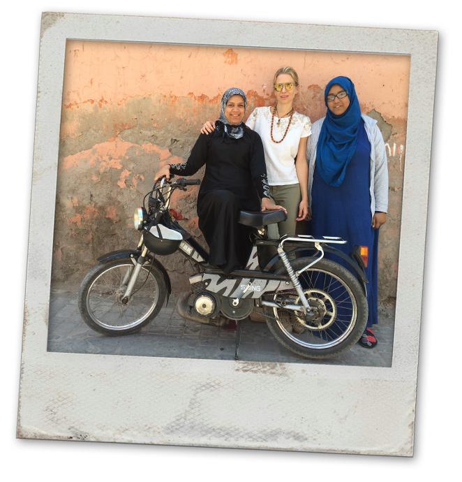 Maria León integrandose con la gente de Marrakech