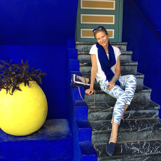 Look elegido por María León para uno de los días de su viaje a Marrakech. Outfit con pantalones y camiseta de PDH Sport, bolso de Le Cabas, babuchas de Canden Garden, gafas Ray Ban, pulseras compradas en India, fular de Zara.