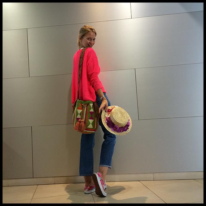 Outfit de viaje de María León con jeans de Isabel Marant, jersey de Zara, bolso de Lola Nómada, zapatillas Vans y canotier de Macahe.