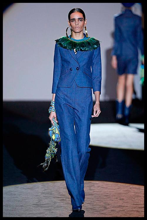 ROBERTO VERINO. Me encanta el azul Klein de este traje pantalón de talle alto. Es perfecto para una comida o reunión de trabajo. Los complementos aztecas le dan el toque cool y desenfadado.
