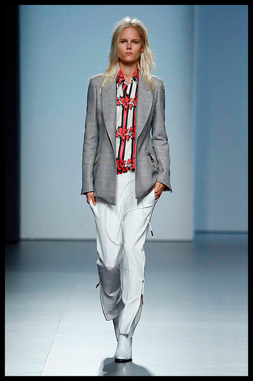 JUAN VIDAL. Genial una vez más. Este traje sastre en versión sport compuesto por chaqueta príncipe de gales y pantalón blanco me lo pondría un día para ir a la oficina. Fijaros en la camisa y su original estampado de fresas.
