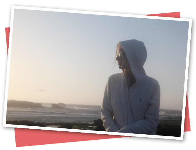En Essaouria es imprescindible llevar alguna prenda que te proteja del fuerte viento que suele azotar la ciudad. Es un lugar que invita  a la reflexión y que transmite una paz y sosiego increíbles