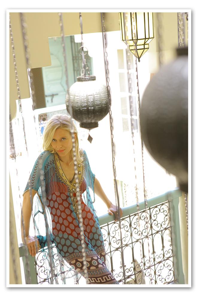 Maria Leon con caftanes son de Carlota Rojo Tocino, el traje de baño interior de Pedro del Hierro y las sandalias de María Olmedilla.