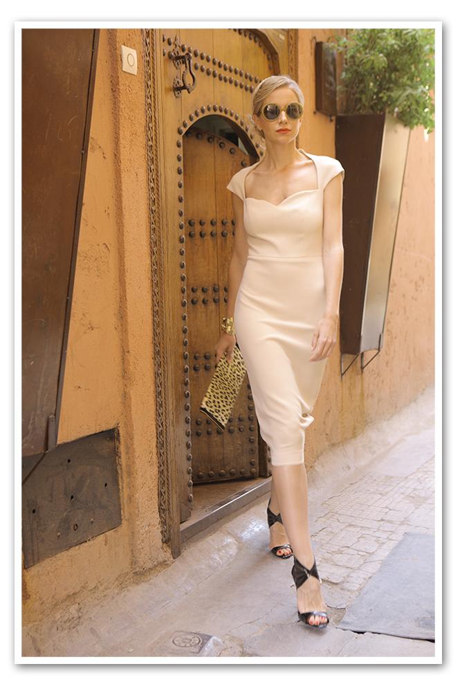 Maria Leon con vestido es de Dolores Promesas, las sandalias de Mas34, cartera de María Olmedilla, gafas de Folli Follie y cinta de Ontop Barcelona.