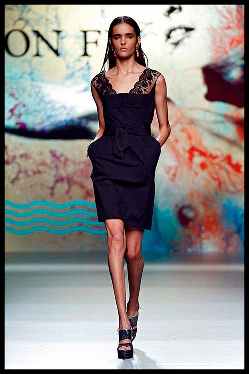 ION FIZ. Elegancia y clase es lo que se desprende de este maravilloso vestido negro. Me gusta el detalle de los bolsillos y la cintura. Me lo pondría para una cena muy romántica.