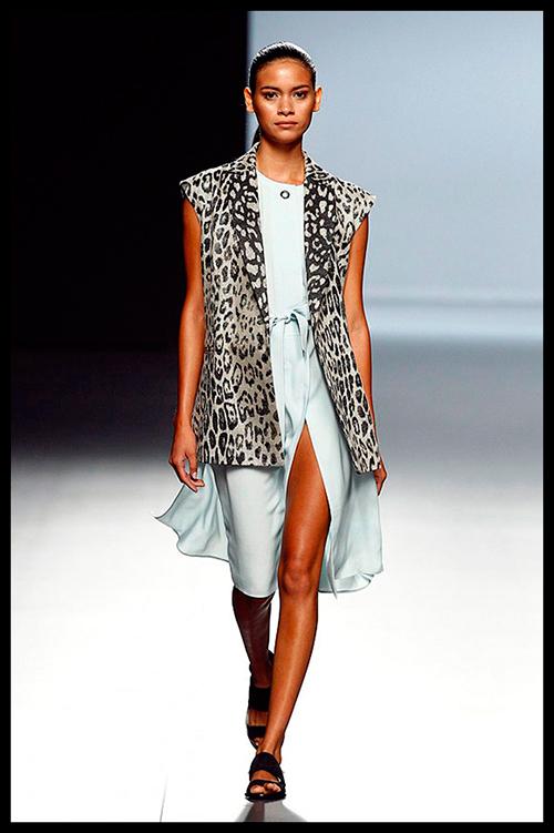 ANGEL SCHLESSER. Me fascina este look safari tan chic y atemporal compuesto por vestido y chaleco con estampado leopardo. Sería ideal para ir a un evento artístico.