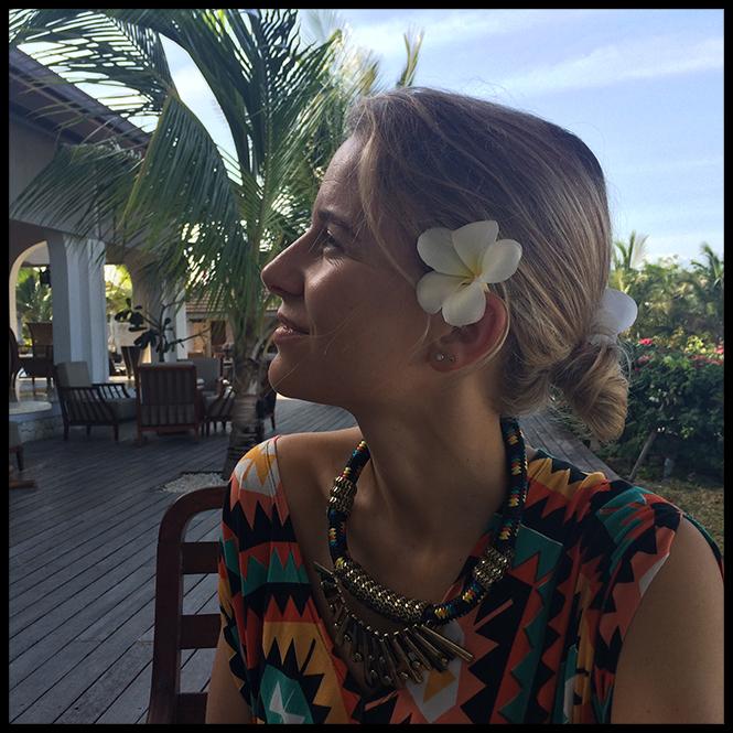 Vestido de la firma Mucholarala, sandalias y sombrero de Oysho, bolso del mercadillo del pueblo de Tomares, gafas de Life Italia, collar de Primark,  pulseras de Pintor de Gala y flor de pelo de OntopBarcelona.