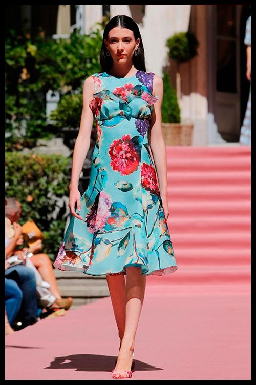 JORGE VAZQUEZ. No se puede tener más glamour que con este maravilloso vestido estampado inspirado en la Riviera Francesa y en los años 50. Sería perfecto para una boda de día.