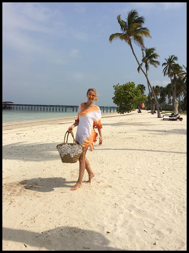 Para un día playero escogí traje de baño de R&S Fashion, poncho de Mónica Lendinez, gafas de Miss Hamptons, capazo de Textura y chanclas Hawaianas.