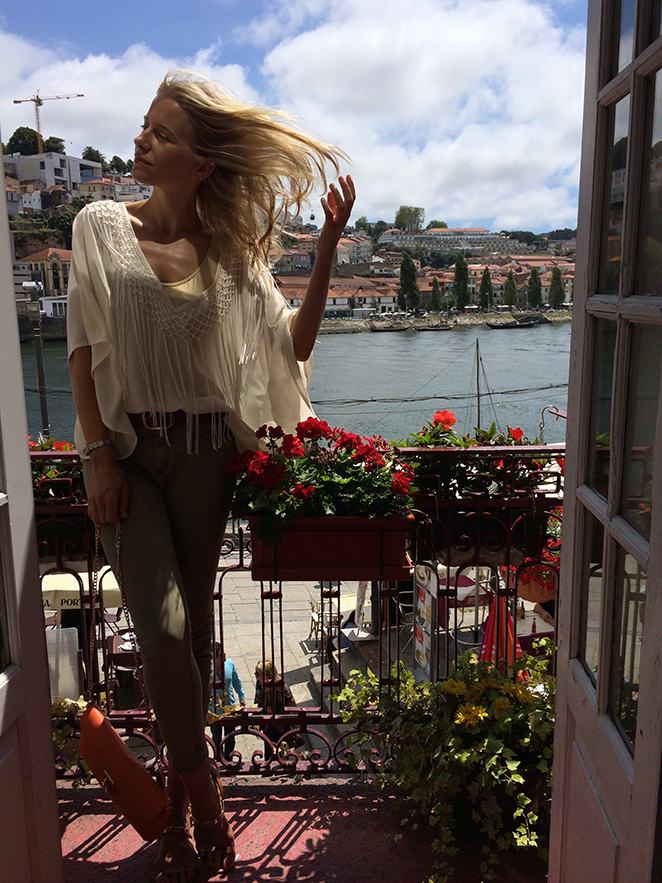 Para pasear por Oporto, uno de los días elegí este cómodo estilismo. Llevo pantalones de PDH Sport, camisa de Papaya, sandalias de Zara y bolso de Folli Follie.