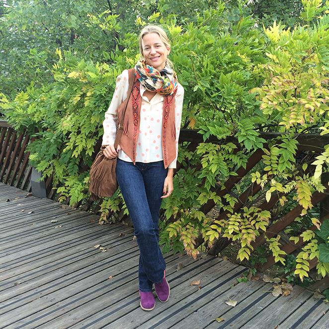 María León con look confeccionado por jeans de Zara, camisa de Des Petits Hauts, chalequillo comprado en mercadillo de Londres, botas Neon Boots, calcetines de TOPSHOP, fular de Zara y bolso de flecos de The Code.